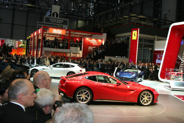 Ferrari F12 Berlinetta vista no stand da marca no salão de genebra 201