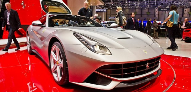 Ferrari Berlinetta V12 exposta no stand da marca no salão de genebra 2012 prateada