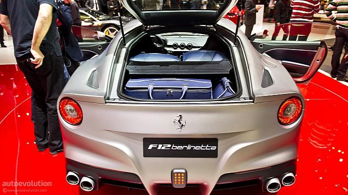 Ferrari  Berlinetta exposta no stand da marca no salão de genebra 2012 prateada traseira