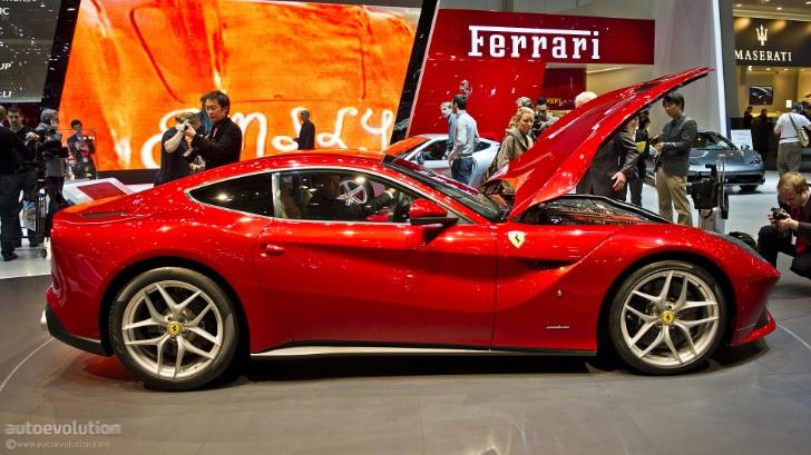 Ferrari berlinetta 2012 exposta no stand da marca no salão de genebra 2012