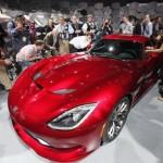 stand montadora Chrysler exibe as formas do novo Viper SRT no salao de nova york 2012