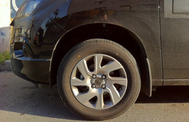 GM Spin Minivan de 7 lugares 2012 detalhes da roda aro 15