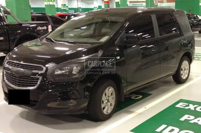 Nova GM Spin Minivan de 7 lugares 2012 detalhes do flagrante