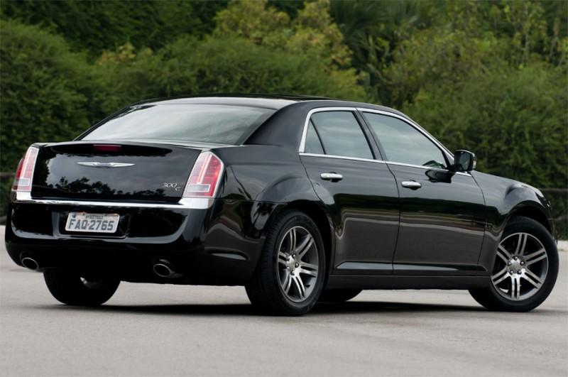 Novo chrysler 300c 2012 V6 8 marchas começa a ser vendido no Brasil foto da traseira