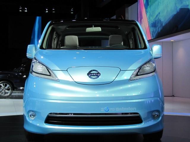 Nissan-e-nv-200-minivan-eletrica-2012-que começa a ser produzida globalmente em barcelona frente