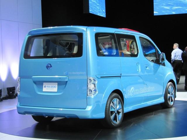 nissan-e-nv-200-minivan-eletrica-2012-que começa a ser produzida globalmente em barcelona lateral 2