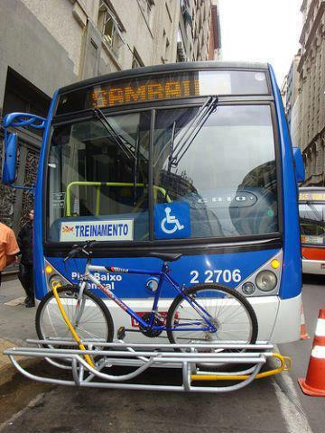 onibus-em-sao-paulo-tem porta bikes instalado na parte frontal foto 2