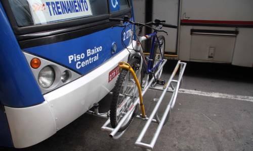 onibus-em-sao-paulo-tem porta bikes instalado na parte frontal foto 3