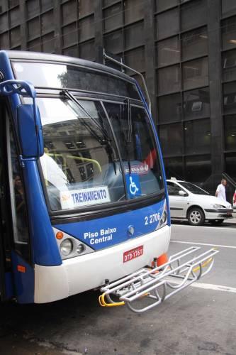 onibus-em-sao-paulo-tem porta bikes instalado na parte frontal
