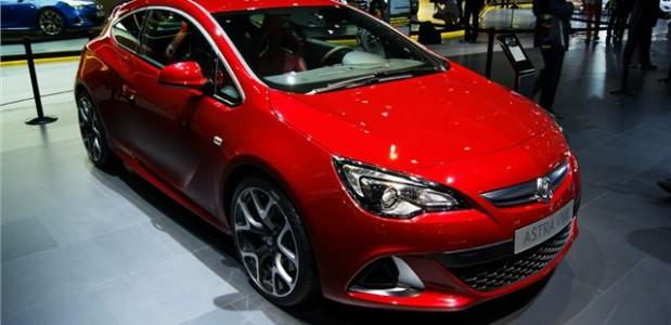 Astra GTC Turbodiesel Vauxhall 2013 vermelho detalhes da frente