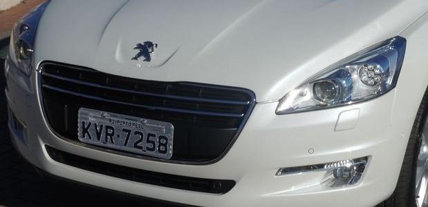 Novo Peugeot 508 branco detalhes da frente sedã de luxo que começa a ser vendido em junho a partir de 119 mil