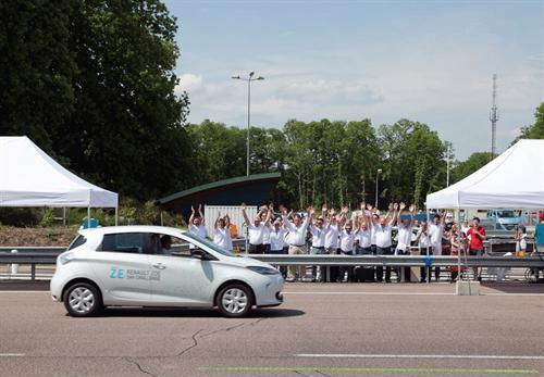 zoe-renault-carro-conceito-2013-bate recorde mundial de distancia na frança e entra para livro dos recordes foto 2