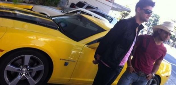 munhoz e marianao ao lado do famosos camaro amarelo
