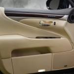 Lexus LS 460 2013 que estará no salão do automóvel de São Paulo detalhes da porta do motorista