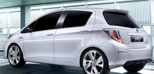 Toyota-Yaris-Hybrid-2013-traseira