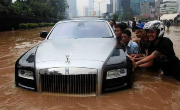 Rolls-royce-ghost-de-2-milhoes-e-destruido-em-enchente-tailandia-e-dono-usa balde para tirar água do balde
