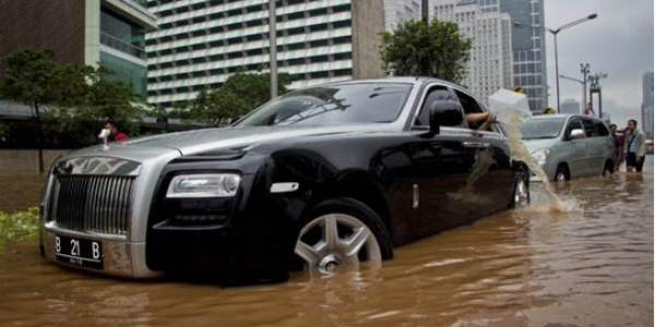 Rolls-royce-ghost-de-2-milhoes-e-destruido-em-enchente-tailandia-e-dono-usa-balde foto 3