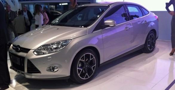Novo ford focus 2014 versão hatch modelo prateado com rodas diamantadas  mostrado no salão de buenos aires 2013
