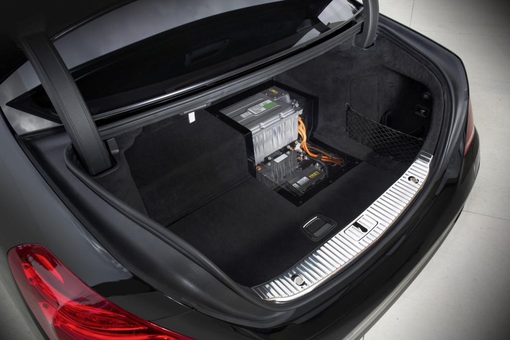 Mercedes S500 plug in híbrido que faz 100 km com 1 litro de combustível frankfurt 2013 foto porta malas com baterias