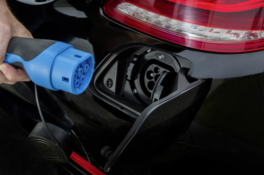 Mercedes S500 plug in híbrido que faz 100 km com 1 litro de combustível frankfurt 2013 foto  tomada para baterias