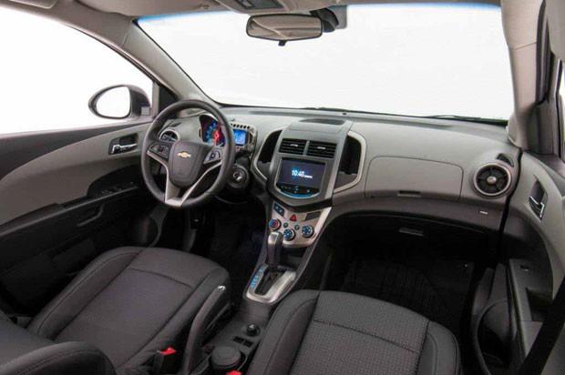 sonic 2014 interior com sensor de chuva e o sistema multimídia